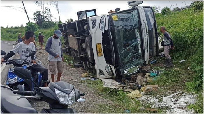 Bus penumpang PO Sambodo rute Padang tujuan Jakarta terbalik, kecelakaan di Jalintim Bayung Lencir, Musi Banyuasin, Kamis (27/5/2021). Akibatnya 4 korban meninggal dunia akibat kecelakaan tersebut.