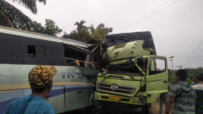 Bus Intra VS Truk di Jalintim Pelalawan Riau, Kaki Supir Remuk dan Sejumlah Penumpang Luka-luka