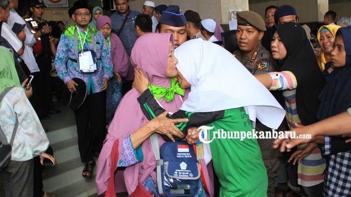 Isak Tangis Keluarga Iringi Keberangkatan Calon Jamaah Haji Kota Pekanbaru ke Batam