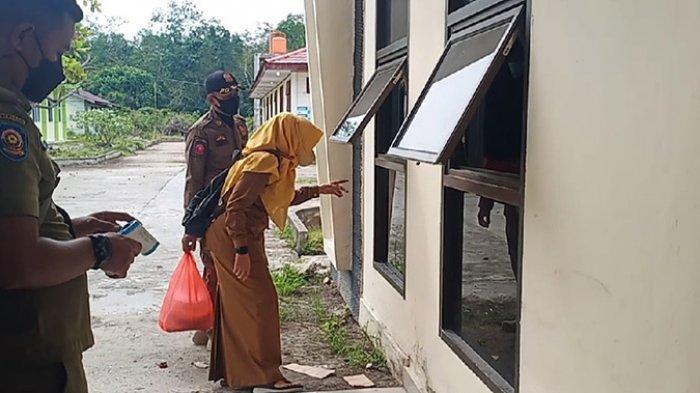 Berbincang Dibatasi Jendela Kaca,Camat Cantik di Meranti Beri Motivasi Pasien Covid-19 di Idul Adha
