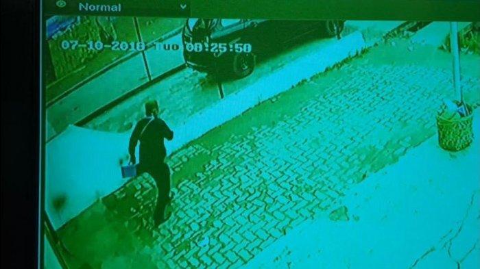 Rekaman CCTV ATM Identik dengan Cara Berjalan Pelaku Perampokan Sadis Guru SMP