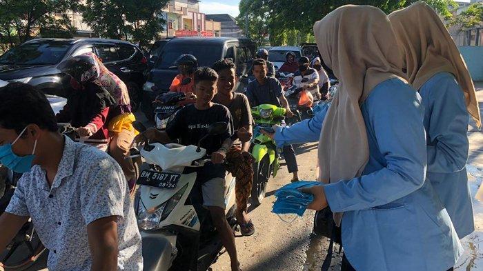 Cegah Penyebaran Covid-19, Tim Kukerta UNRI Kampung Perawang Barat Bagikan Masker Gratis ke Warga
