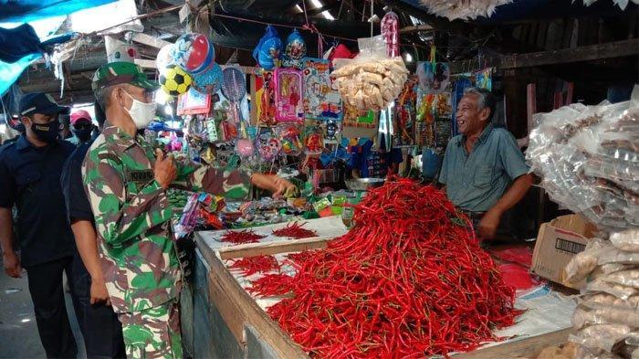 Minta Kesadaran Pedagang Kenakan Masker, Babinsa Tembilahan Lakukan Sweeping Di Pasar Terapung