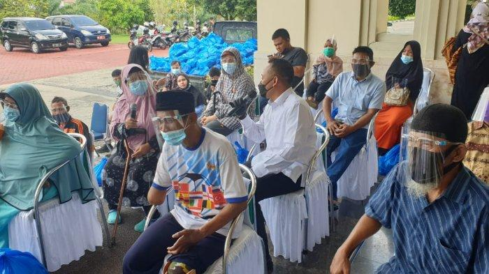 PTPN V Salurkan 2.000 Paket Sembako Lebaran