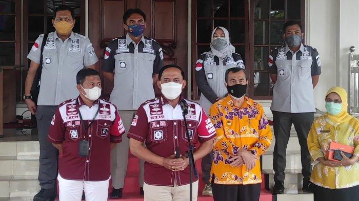 Kanwil Kumham Riau Ibnu Chuldun bersama Gubri Syamsuar saat menyampaikan keterangan pers terkait perkembangan terbaru kasus positif Covid-19 di lingkungan Lapas di Kota Pekanbaru, di Rumah Dinas Gubernur Riau, Kamis (5/11/2020).