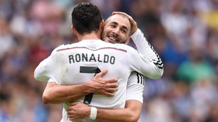 Cristiano Ronaldo dan Karim Benzema melakukan selebrasi usai mencetak gol ketiganya ke gawang Deportivo La Coruna di Riazor, Sabtu (20/9/2014). Dalam pertandingan tersebut, Real Madrid mencukur Deportivo dengan skor 8-2