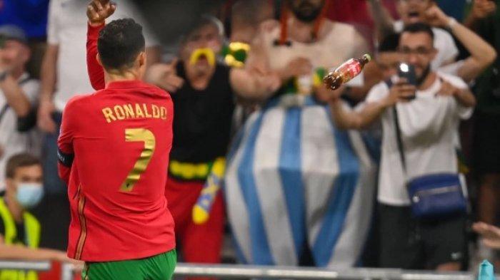 Cristiano Ronaldo dilepari botol Coca Cola oleh penonton saat laga Piala Eropa Portugas vs Prancis.