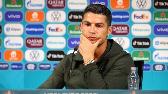 Foto selebaran yang diambil dan dirilis pada 14 Juni 2021 oleh UEFA, penyerang Portugal Cristiano Ronaldo memberikan konferensi pers MD-1 di Puskas Arena di Budapest, menjelang pertandingan sepak bola UEFA EURO 2020 antara Hongaria dan Portugal.