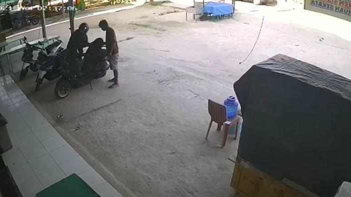 Cuma Hitungan Detik Motor di Parkiran Toko Ritel Pelalawan Dibawa Kabur, Aksi 2 Pelaku Terekam CCTV