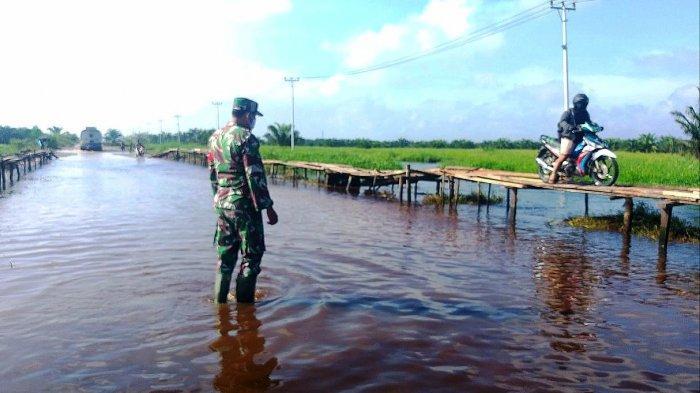 Daripada Terobos Banjir, Pengendara Roda Dua di Rohul Pilih Bayar Rp 2 Ribu