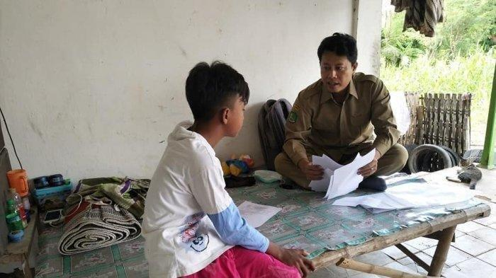 Muridnya Belajar dari Rumah, Guru Ini Datangi Satu-satu Rumah Murid, 'Tak Semua Punya Hp dan TV'