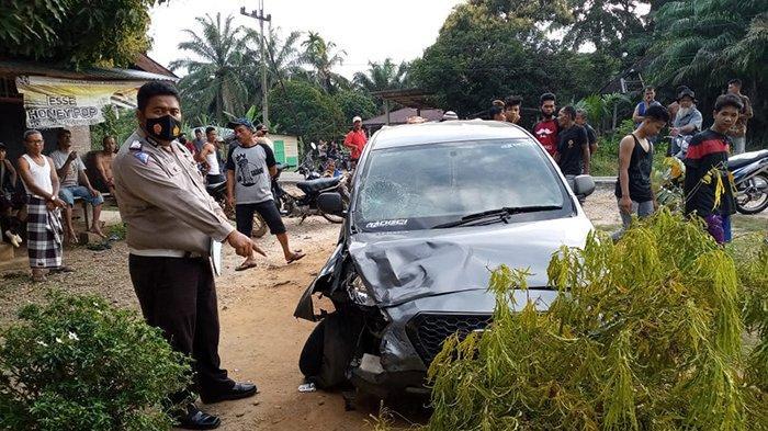 Ban Depan Datsun Pecah, Hilang Kendali Tabrak Sepeda Motor, Duh Bagaimana Kondisi Sang Pengendara?