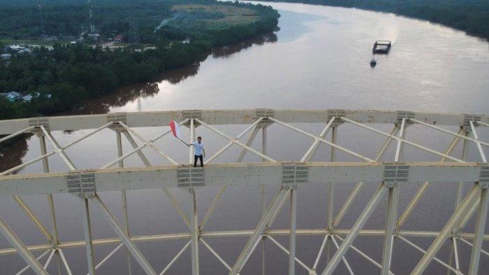 Demi Kibarkan Bendera Merah Putih, Pria Ini Panjat Busur Pelengkung Jembatan Tertinggi di Siak