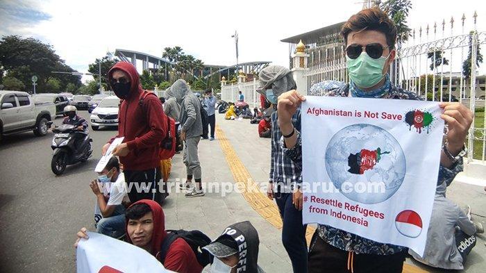 FOTO : Ratusan Imigran Unjuk Rasa di Depan Kantor Gubernur Riau - demo-imigran-di-pekanbaru.jpg