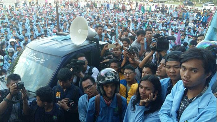 Pukul Mahasiswa, Karo Humas dan Kasatpol PP Dinonaktifkan Plt Gubernur Riau