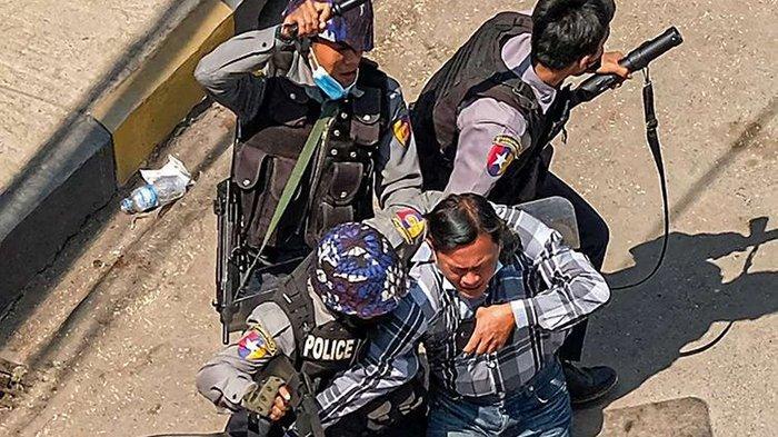 Detik-detik Aktor Paing Takhon Dijemput Puluhan Tentara, Dalam Kondisi Tak Berdaya Dibawa