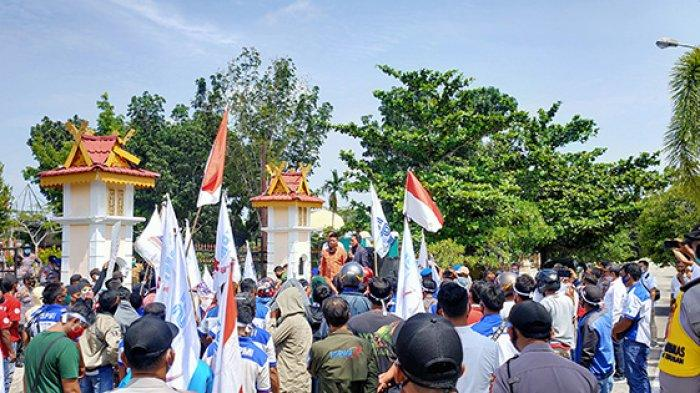 Federasi Serikat Pekerja Metal Indonesia (FSPMI) Kabupaten Pelalawan menggelar unjuk rasa di kantor Dewan Perwakilan Rakyat Daerah (DPRD) Pelalawan Riau, Senin (3/11/2020).