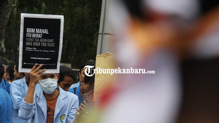 FOTO: Inilah Tulisan-Tulisan Lucu Saat Aksi Demo BEM Se-Riau, Ada Dilan Juga - demonstrasi-unjuk-rasa-mahasiswa-bem-depan-dprd-riau-dilan_20180305_184940.jpg