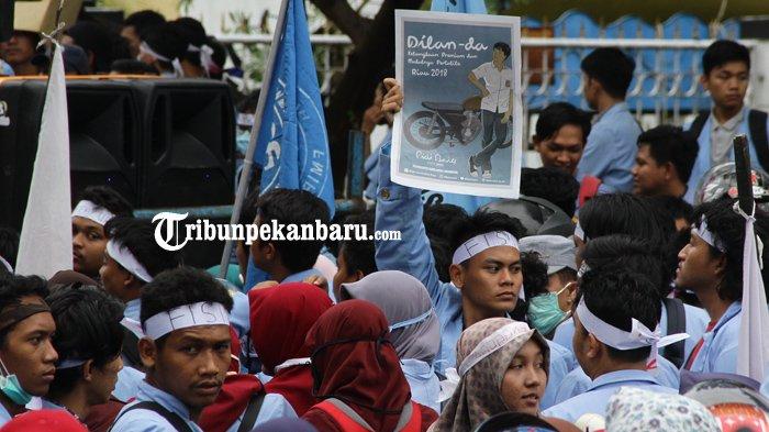 FOTO: Inilah Tulisan-Tulisan Lucu Saat Aksi Demo BEM Se-Riau, Ada Dilan Juga - demonstrasi-unjuk-rasa-mahasiswa-bem-depan-dprd-riau-dilan_20180305_185008.jpg