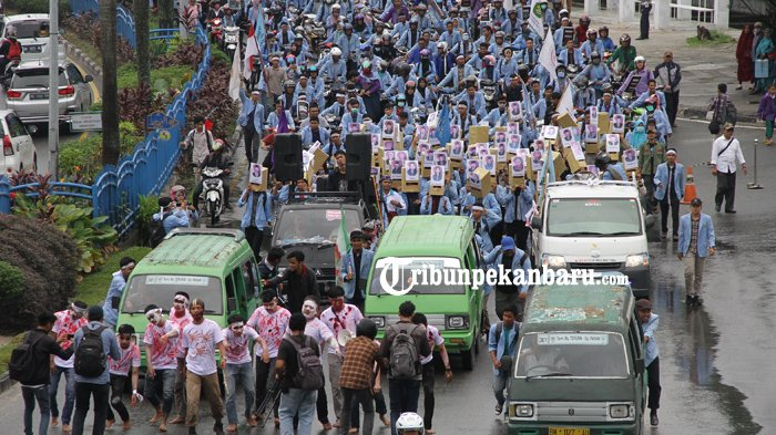 FOTO: Ada Zombie, Topeng Wajah Anggota DPRD Hingga Aksi Mahasiswa Dorong Angkot di DPRD Riau - demonstrasi-unjuk-rasa-mahasiswa-bem-depan-dprd-riau_20180305_183154.jpg