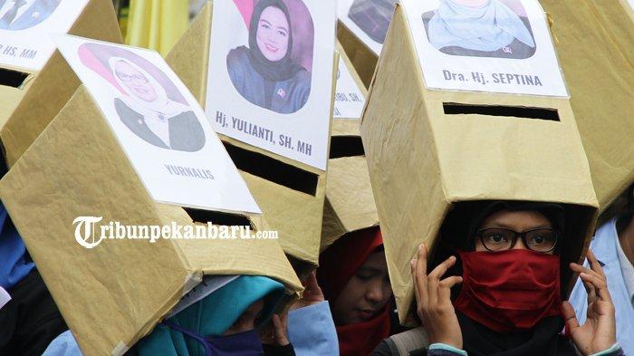 FOTO: Ada Zombie, Topeng Wajah Anggota DPRD Hingga Aksi Mahasiswa Dorong Angkot di DPRD Riau - demonstrasi-unjuk-rasa-mahasiswa-bem-depan-dprd-riau_20180305_183350.jpg