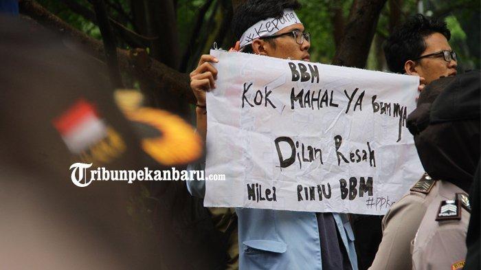 FOTO: Inilah Tulisan-Tulisan Lucu Saat Aksi Demo BEM Se-Riau, Ada Dilan Juga - demonstrasi-unjuk-rasa-mahasiswa-bem-depan-dprd-riau_20180305_184543.jpg