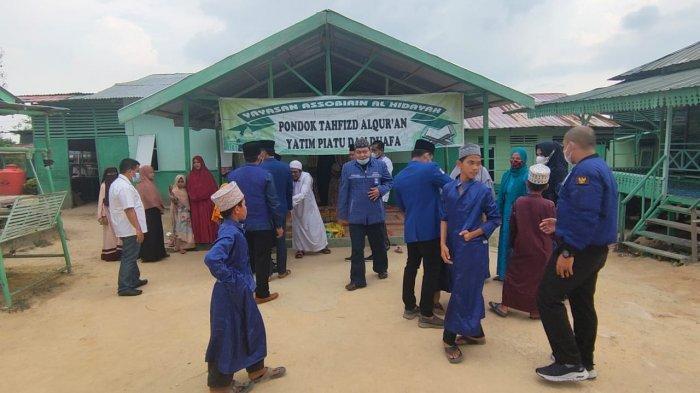 Dewan Pengurus Daerah (DPD) Partai Amanat Nasional (PAN) Kabupaten Pelalawan Riau menyalurkan puluhan paket sembako kepada panti asuhan dan Pondok Tahfizd Alqur'an, Rabu (05/05/2021).