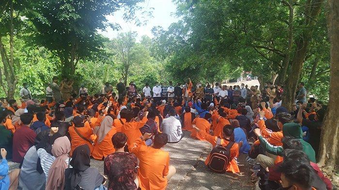 ADEM, Mahasiswa Gelar Aksi Tolak Omnibus Law di Inhu di Bawah Pohon Rindang