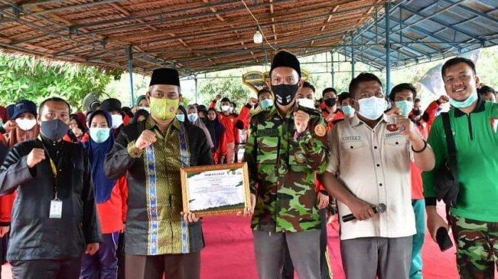 Ketua DPRD Pekanbaru Hamdani (dua dari kiri) menerima sertifikat dari panitia, pada Diklatsar Komando Kesiapsiagaan Angkatan Muda Muhammadiyah (Kokam), serta Seminar Nasional Bela Negara serta Temu Alumni Kokam, Jumat (19/2/2021) di Tiga Dara Hotel Resort.