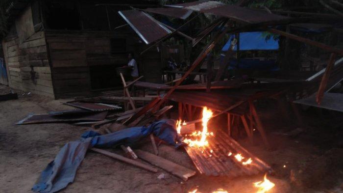 Puluhan ibu-ibu membakar dua warung remang-remang di Desa Batas Kecamatan Tambusai Kabupaten Rokan Hulu pad Jumat (16/10/2020).