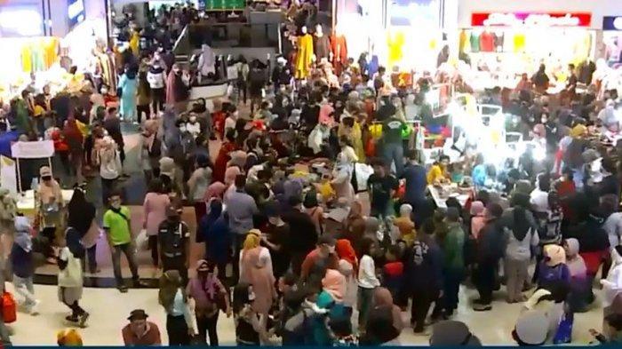 Dibukanya kembali Pasar Tanah Abang menjelang hari raya lebaran, dimanfaatkan warga untuk berbelanja kebutuhan hari raya.