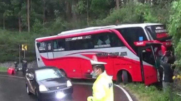 Diduga rem blong melintasi jalanan licin dan menikung, sebuah bus pariwisata menabrak tebing di jalan raya Sarangan, Magetan, Jawa Timur, pada Minggu (12/9/2021).
