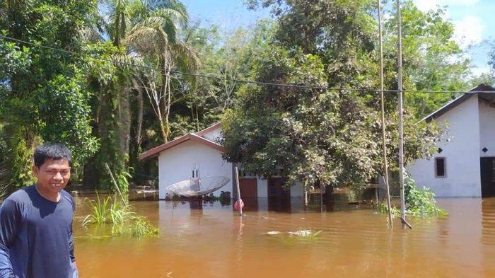 Banjir mulai melanda Desa Lubuk Kembang Bunga, Kecamatan Ukui, Kabupaten Pelalawan sejak Kamis (17/06/2021) lalu.