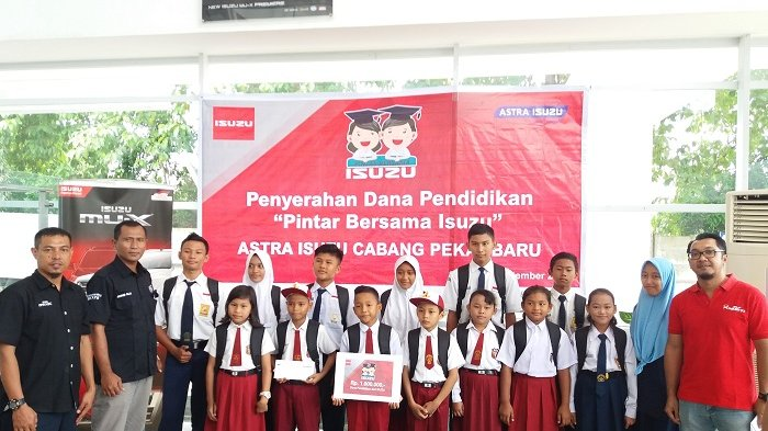 Astra Isuzu Pekanbaru Salurkan Donasi Pendidikan