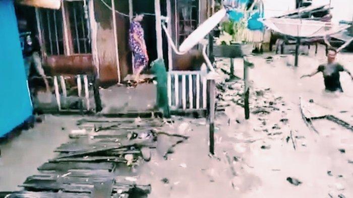 Gelombang pasang besar yang menghantam pemukiman nelayan di Desa Kuala Selat, Kecamatan Kateman, Kabupaten Inhil, Jum'at, (1/1/2021).