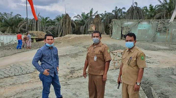 Dosen Teknik Geologi Universitas Islam Riau, Husnul Kausarian (pakai kemeja biru) bersama tim saat mengambil sampel di lokasi semburan gas di Tenayan Raya Pekanbaru.