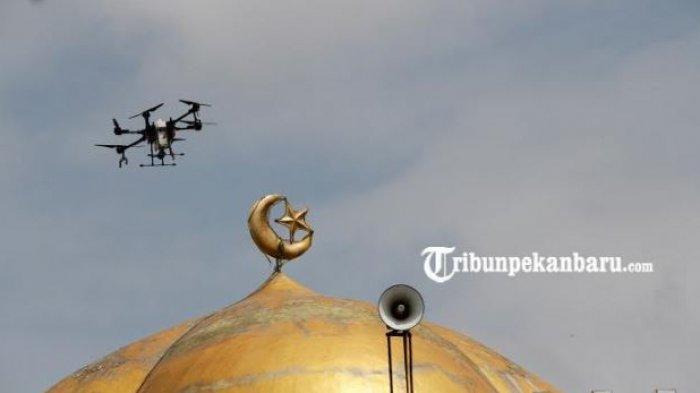 FOTO: Antisipasi Penyebaran Virus Corona, Drone Semprotkan Disinfektan ke Wilayah Pemukiman - drone-juga-menyemprotkan-disinfektan-di-atas-rumah-ibadah.jpg