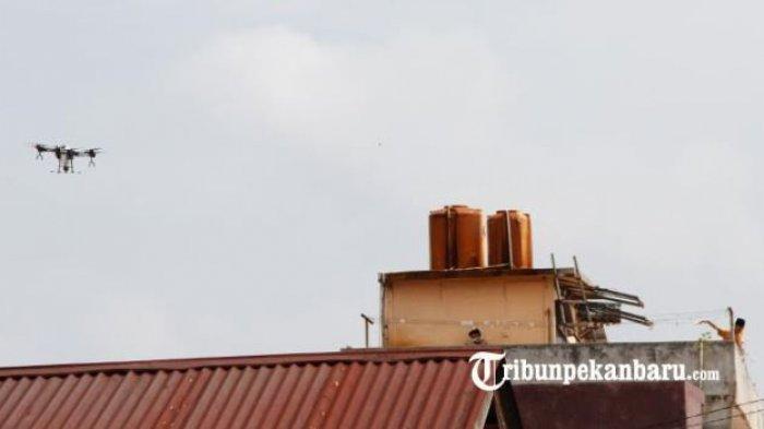 FOTO: Antisipasi Penyebaran Virus Corona, Drone Semprotkan Disinfektan ke Wilayah Pemukiman - drone-terbang-di-atas-pemukiman-warga-di-kota-pekanbaru.jpg