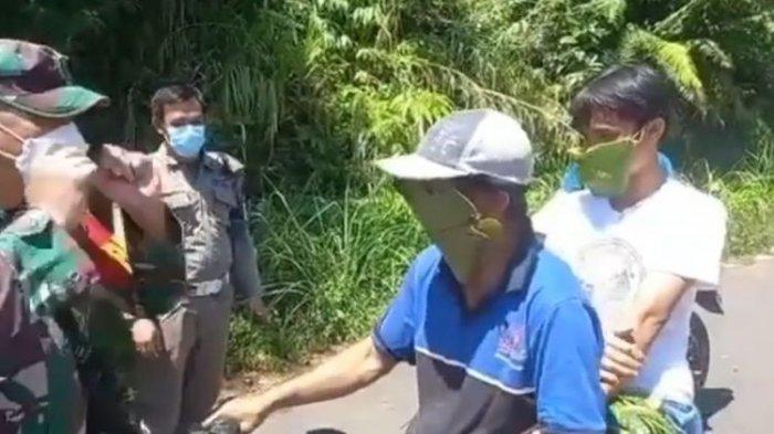 Dua warga gunakan masker daun karena panik ada posko penyekatan.