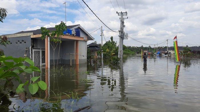 Dua Hari Kebanjiran, Masyarakat Perumahan Mande Villa Menanti Bantuan dari Pemerintah