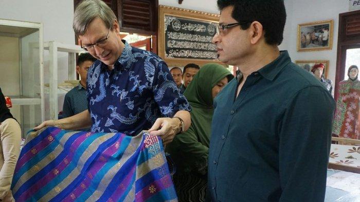 Duta Besar Kanada Borong Kerajinan Tenun dan Batik Riau