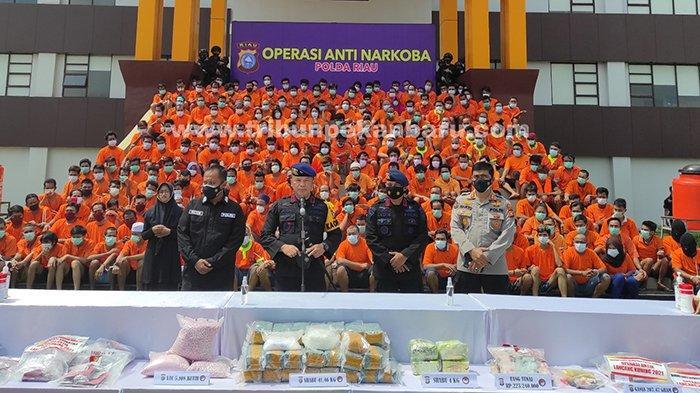 Kapolda Riau, Irjen Pol Agung Setya Imam memberikan keterangan kepada wartawan saat ekspos hasil penangkapan Operasi Antik Lancang Kuning 2021 di Mapolda Riau, Minggu (14/3/2021).