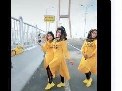 Kebelet VIRAL! Emak-emak di Jatim Tak Ingin Kalah Dengan ABG, Menari TikTok di Jembatan Suramadu