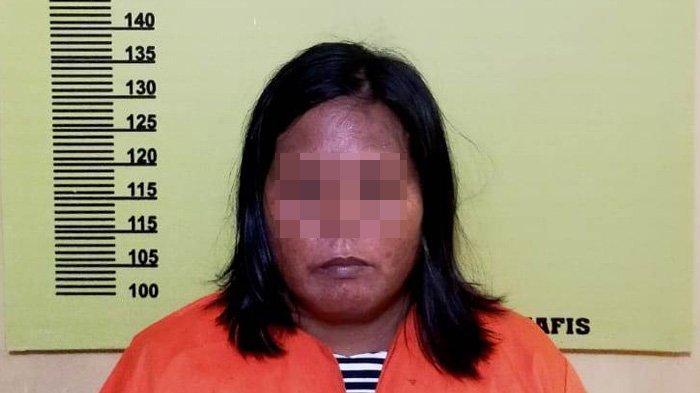 Seorang Ibu Rumah Tangga (IRT) berinisial DL (45) diamankan Unit Reskrim Polsek Bagan Sinembah, Polres Rohil, pada Kamis (24/12/ 2020) karena melempar tetangganya hingga terluka.