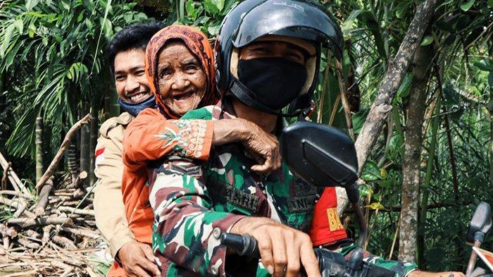 Nenek 80 Tahun Tersenyum Dibonceng Prajurit,Terpaksa Naik Motor Lewati Jalan Rusak,Dibawa ke Mana?