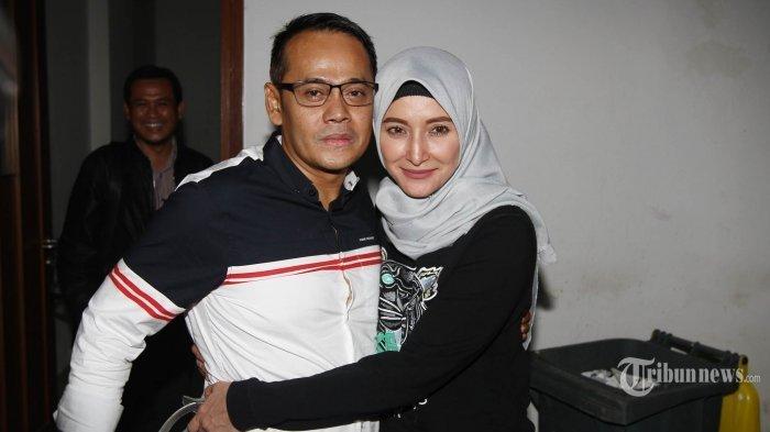 Direktur PT Melati Technofo Indonesia (MTI) Fahmi Darmawansyah dipeluk istrinya, Inneke Koesherawati usai menjalani persidangan lanjutan dengan agenda pembacaan vonis di Pengadilan Tipikor, Jakarta, Rabu (24/5/2017)