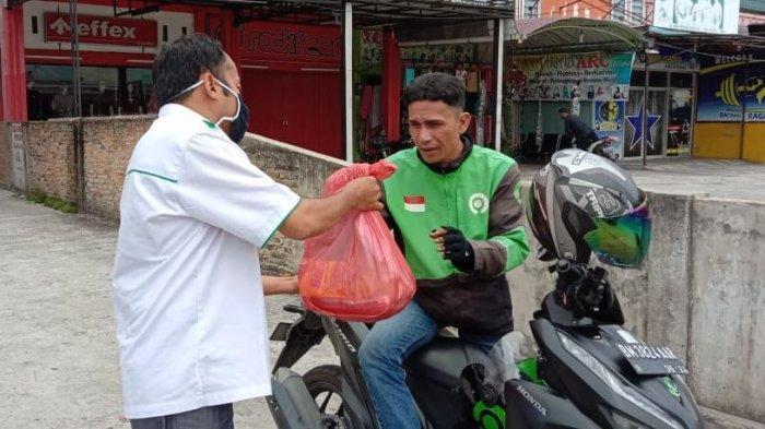 FAI Universitas Islam Riau Bagi-bagi Sembako, Dekan Zulkifly Rusbi Sampaikan Pesan Ini