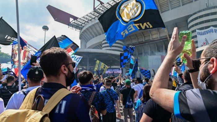 Penggemar Inter Milan berkumpul di luar stadion San Siro