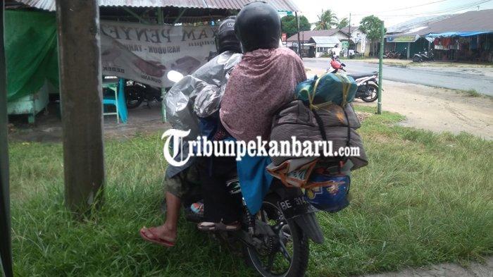 FEATURE - Mudik Demi Orangtua, Edi, Istri dan Anaknya Naik Sepeda Motor dari Rohul Riau ke Lampung