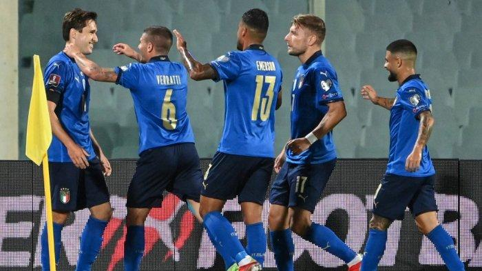 Federico Chiesa (kiri) merayakan dengan rekan satu timnya setelah mencetak gol selama pertandingan sepak bola Grup C putaran kualifikasi Piala Dunia Qatar 2022 antara Italia dan Bulgaria di stadion Artemio-Franchi di Florence, pada 2 September 2021.